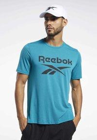 Reebok - WORKOUT READY SUPREMIUM GRAPHIC TEE - Print T-shirt - seaport teal - 0