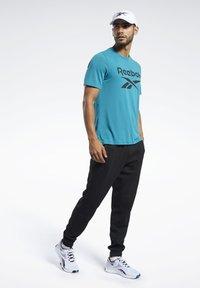 Reebok - WORKOUT READY SUPREMIUM GRAPHIC TEE - Print T-shirt - seaport teal - 1