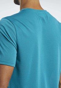 Reebok - WORKOUT READY SUPREMIUM GRAPHIC TEE - Print T-shirt - seaport teal - 4