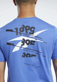 Reebok - GRAPHIC TEE - Print T-shirt - blue - 5