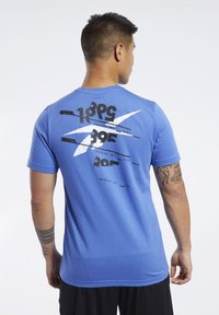 Reebok - GRAPHIC TEE - Print T-shirt - blue - 2