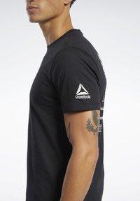 Reebok - REEBOK CROSSFITMESS YOU UP TEE - T-shirt z nadrukiem - black - 4