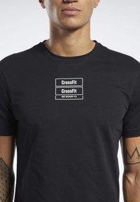 Reebok - REEBOK CROSSFITMESS YOU UP TEE - T-shirt z nadrukiem - black - 5