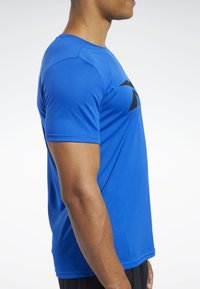 Reebok - WORKOUT READY TEE - T-shirt imprimé - humble blue - 3