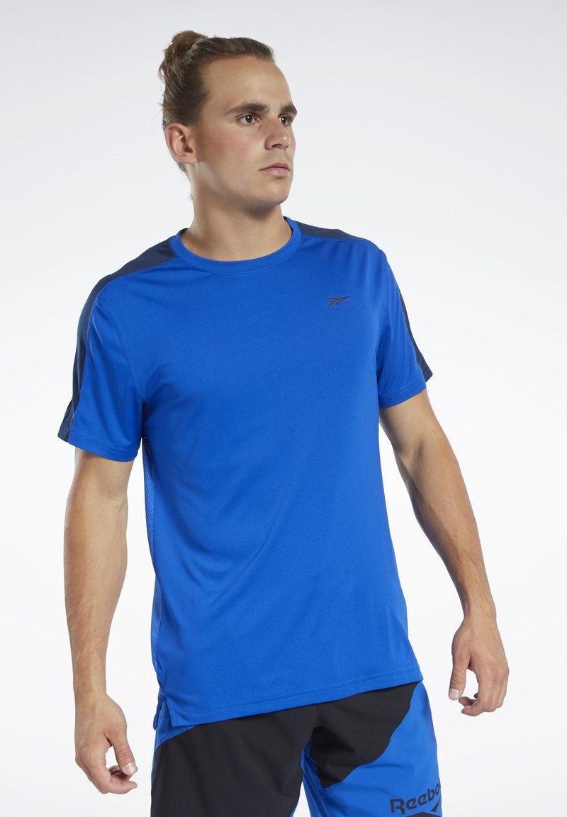 Reebok - WORKOUT READY TECH TEE - Print T-shirt - blue