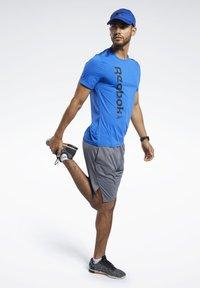 Reebok - WORKOUT READY ACTIVCHILL TEE - Print T-shirt - blue - 1