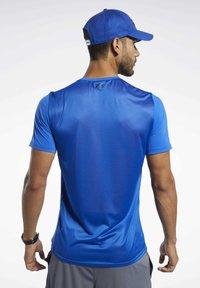 Reebok - WORKOUT READY ACTIVCHILL TEE - Print T-shirt - blue - 2