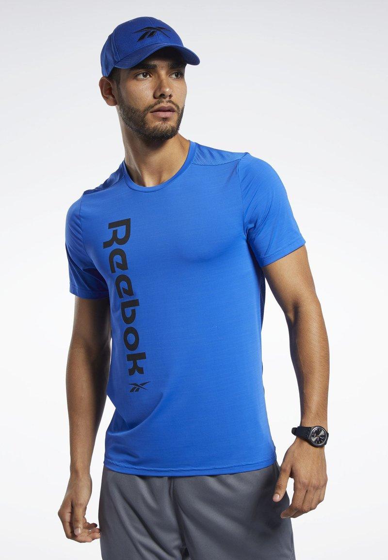 Reebok - WORKOUT READY ACTIVCHILL TEE - Print T-shirt - blue