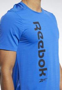 Reebok - WORKOUT READY ACTIVCHILL TEE - Print T-shirt - blue - 3