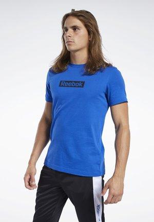TRAINING ESSENTIALS LINEAR LOGO TEE - T-shirts print - humble blue