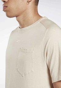 Reebok - LES MILLS® POCKET TEE - Print T-shirt - beige - 2
