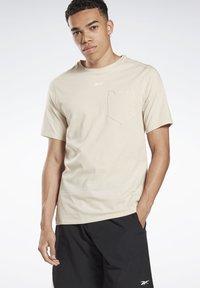Reebok - LES MILLS® POCKET TEE - Print T-shirt - beige - 0