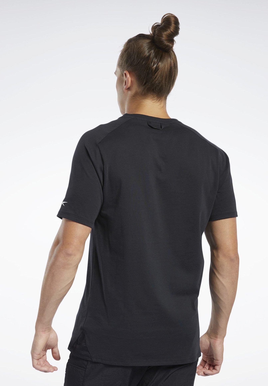 Reebok TRAINING SUPPLY GRAPHIC POCKET TEE - T-shirts med print - black
