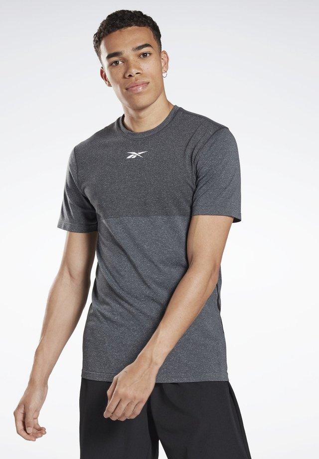 LES MILLS® MYOKNIT TEE - T-shirt print - grey