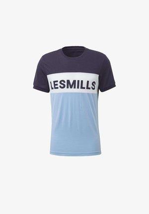 LES MILLS® TEE - Print T-shirt - purple