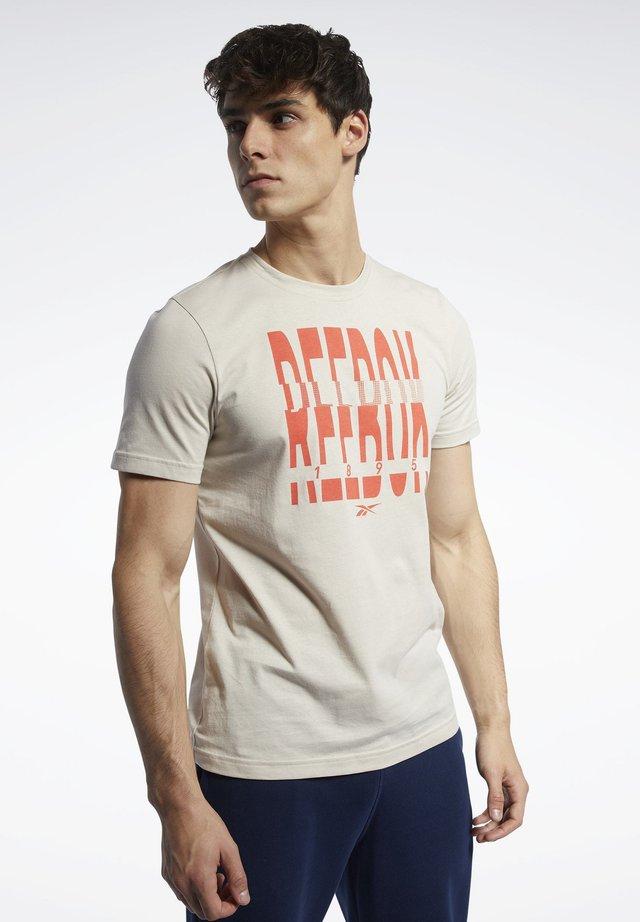 GRAPHIC SERIES REEBOK 1895 CREW TEE - T-shirt print - beige