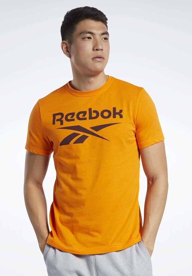 GRAPHIC SERIES REEBOK STACKED TEE - T-shirt print - orange