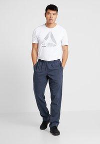 Reebok - TRAINING ESSENTIALS - Pantalon de survêtement - dark blue - 1