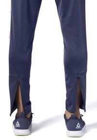 Reebok - TRAINING ESSENTIALS LOGO TRACKSTER PANTS - Trainingsbroek - blue - 5