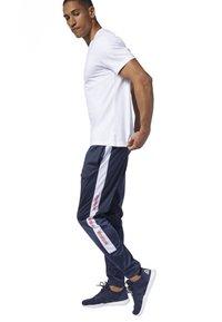 Reebok - TRAINING ESSENTIALS LOGO TRACKSTER PANTS - Trainingsbroek - blue - 1