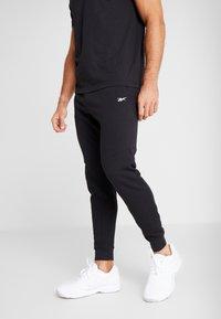 Reebok - LINEAR LOGO ELEMENTS SPORT PANTS - Pantalon de survêtement - black - 0