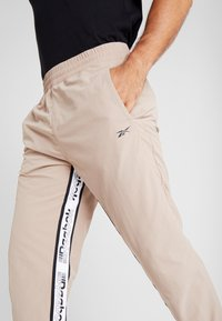 Reebok - 7/8 PANT - Pantalon de survêtement - beige - 4