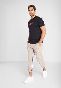 Reebok - 7/8 PANT - Pantalon de survêtement - beige - 1