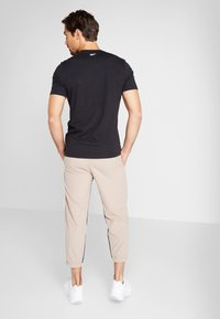 Reebok - 7/8 PANT - Pantalon de survêtement - beige - 2