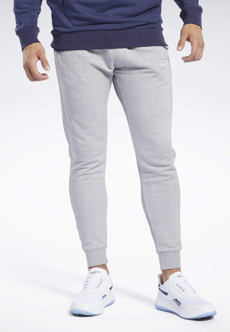 Reebok - TRAINING ESSENTIALS PANTS - Jogginghose - gray