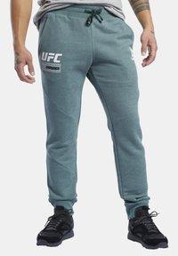Reebok - UFC FG FIGHT WEEK JOGGERS - Pantalon de survêtement - ivy green - 0