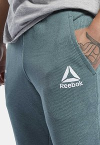 Reebok - UFC FG FIGHT WEEK JOGGERS - Pantalon de survêtement - ivy green - 3