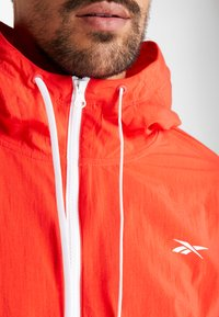 Reebok - LINEAR LOGO - Veste coupe-vent - red - 5
