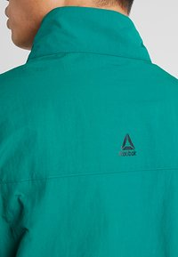 Reebok - MEET YOU THERE 1/2 ZIP JACKET - Träningsjacka - green - 6
