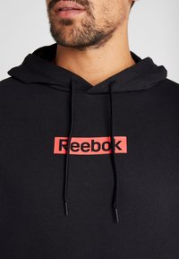 Reebok - LINEAR LOGO HOOD - Bluza z kapturem - black - 4