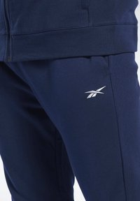 Reebok - TRAINING ESSENTIALS TRACK SUIT - Träningsset - blue - 4