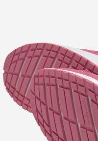 Reebok - ROAD SUPREME - Hardloopschoenen neutraal - pink/iridescent - 7