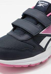 Reebok - ALMOTIO 5.0 2V - Obuwie do biegania treningowe - core navy/posh pink/white - 2