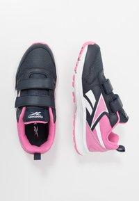 Reebok - ALMOTIO 5.0 2V - Obuwie do biegania treningowe - core navy/posh pink/white - 0