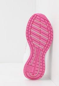 Reebok - ROAD SUPREME - Neutrální běžecké boty - white/pixel pink/posh pink - 5