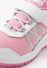 Reebok - ROAD SUPREME - Neutrální běžecké boty - white/pixel pink/posh pink - 2