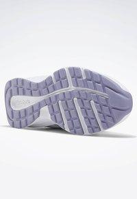 Reebok - REEBOK ALMOTIO 5.0 SHOES - Obuwie do biegania treningowe - white - 4
