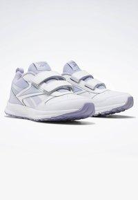 Reebok - REEBOK ALMOTIO 5.0 SHOES - Obuwie do biegania treningowe - white - 2