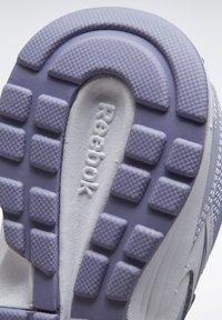 Reebok - REEBOK ALMOTIO 5.0 SHOES - Obuwie do biegania treningowe - white - 7