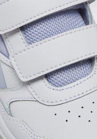 Reebok - REEBOK ALMOTIO 5.0 SHOES - Neutral running shoes - white - 6