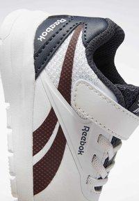 Reebok - REEBOK RUSH RUNNER 2.0 SHOES - Sneakersy niskie - white - 9