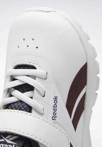 Reebok - REEBOK RUSH RUNNER 2.0 SHOES - Sneakersy niskie - white - 7