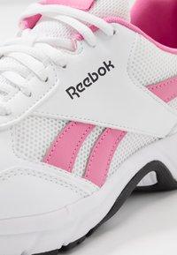 Reebok - PHEEHAN - Obuwie do biegania treningowe - white/posh pink/black - 5