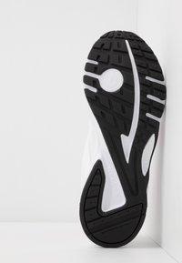 Reebok - PHEEHAN - Obuwie do biegania treningowe - white/posh pink/black - 4
