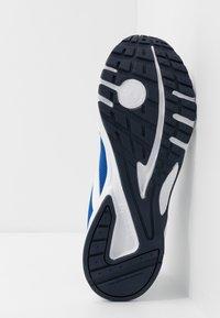 Reebok - PHEEHAN - Neutrální běžecké boty - white/collegiate royal - 4