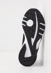 Reebok - PHEEHAN - Zapatillas de running neutras - black/white - 4